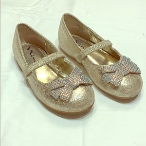 Girls platino crackle shoes.